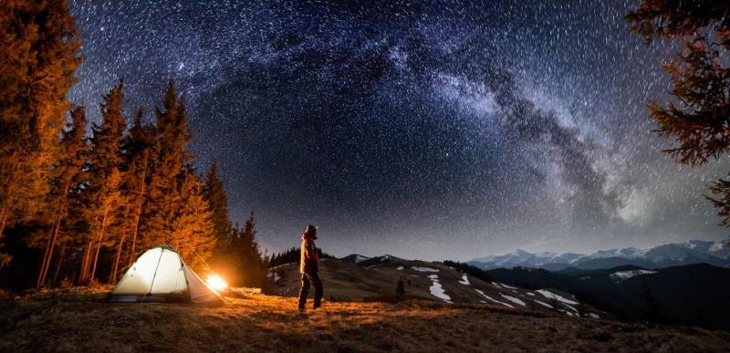 bergwandelaar bij nacht